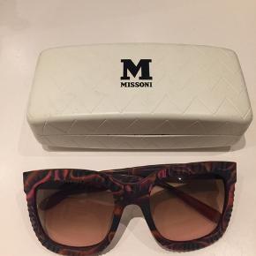 Vintage solbriller fra Missoni. Jeg har selv købt dem i en vintage butik i Paris, men aldrig gået med dem. Ingen ridser eller brugsting. De er mega seje, men nu skal de videre :-)