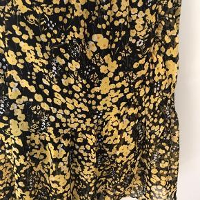 Fin nederdel med de smukkeste gule blomster