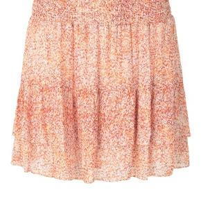 Second Female nederdel i modellen Floral MW, str. XL, sælges. Nederdelen er med er i tynd materiale, har rynkebånd foroven og er et i småt blomstret mønster i farverne hvide, orange og lyserød. Nederdelen er ny og aldrig brug og er stadig med prismærke. Nypris er 599 kr. sælges for 400 kr. plus porto.
