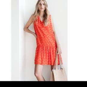 Smuk kjole i to lag / længde ca. 93 cm /brystmål ca. 2 x 49 cm / silke og viskose /