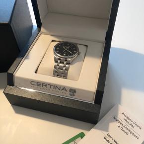 Vanvittigt lækkert Certina-ur købt i 2018 sælges. Sælges udelukkende fordi jeg knap får gået med det længere  Alt medfølger uret. Originalpapirer, ekstra led, købskvittering mm.  Nypris: 4199 Salgspris: 2500 (måske til forhandling) Byttes ikke, kun salg.