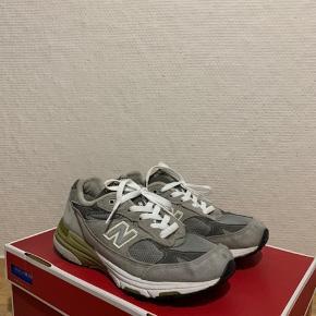 Jeg sælger disse super fede New Balance 993 i den populære grå farve. Skoen er lettere brugt, men er i rigtig god stand.   Original kasse medfølger ikke.