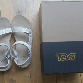 Gode sandaler med god svangstøtte og støddæmpning. Ubrugte. Læder. Bruger mit rosa  par stort set hver dag.  Købspris 799kr