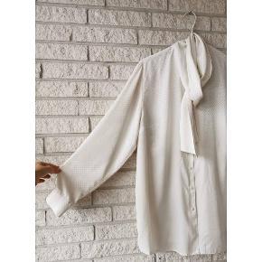 Cream shirt. Vintage skjorte  med medium skulderpuder, samt slips detalje. Vil klæde enhver lejlighed, og er super i et par bukser eller nederdel med bælte i midten. Gå ikke glip af denne skønne skjorte. Fits:34-40.