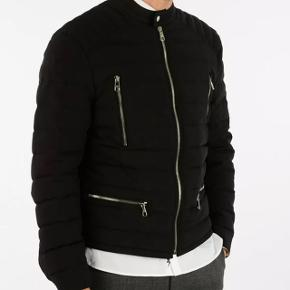Helt ny, med mærker og fantastisk jakke fra luksuriøse britiske Neil Barrett af. Perfekt til årstiden nu og kolde sommer aftener også. Lavet i Italien, købt i butikken i London og kostede 10.199kr