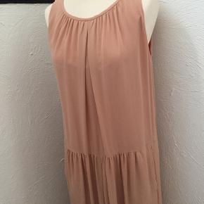 Lækker silkekjole med foer. Skrålommer. Længde 123 cm. Fra armhule til armhule er den 50 cm, det samme ved hofte hvor den er overskåret. Bemærk: Jeg har fået kjolen sømmet op. Kjolen er brugt et par gang og er som ny.