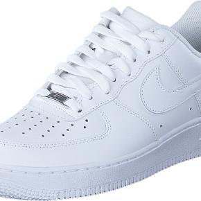 STRØRRELSER PÅ LAGER:  40 - 41 - 42 - 42,5 - 43 - 44. Helt nye og ubrugte Nike Air Force 1's.  Haves i flere forskellige størrelser. Der kan tilkøbes sneakershields og skotræ ved siden af til billige penge, så kan man beskytte sine sko på bedste vis.☺️