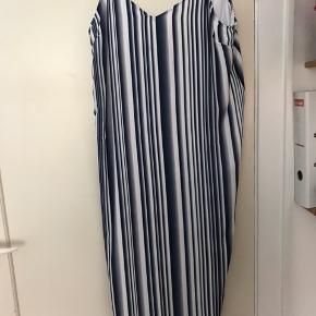 Smuk kjole fra Won Hundred med grafisk print💫