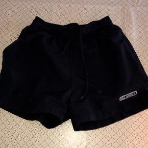 Adidas sorte shorts str 140 cm. Sendes for 37 kr