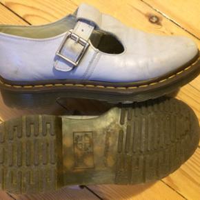 """Pastelblå Polley sko fra Dr. Martens i str. 39 (passer en 39/40).   Model fra 2016, som var en opdateret udgave af deres Mary Janes.   Sålen er helt som ny, og læderet er generelt set """"friskt"""", men skoene har et par mærker (se billeder).  Oprindelig købspris: 1100 kr.  Kom med et bud"""