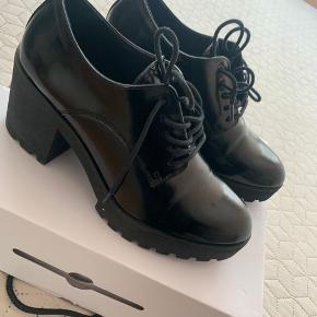 Fine lak sko med hæl - str 38.5!