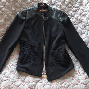 Boss orange jakke med læder applikationer og flotte detaljer i stoffet