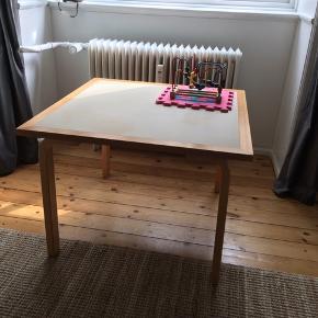 Alvar aalto bord. 80x80cm bredt og 56cm højt.  Se billeder for brugsspor.