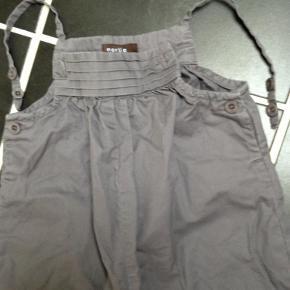 Varetype: sød pantsuit Farve: se billede Oprindelig købspris: 599 kr.  Flot pantsuit - kun brugt et par gange til pæn brug.  mindstepris kr 175pp bytter ikke