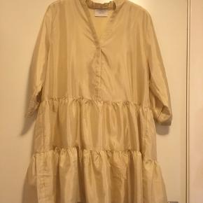 Så fin kjole, sådan guld/gul agtig i farven. Nypris 600 kr.  Kun brugt 1. gang!  Perfekt til alle anledninger🤗  Køberen betaler fragten, samt gebyr herinde. Sender med DAO.
