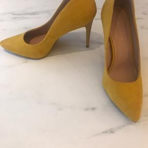 Meget flotte, gule stilletter. Fejler intet - aldrig brugt.