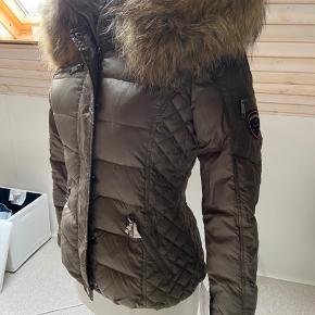 """Helt ny jakke fra Rock'n Blue. Model """"zora"""" i farven """"khaki"""". ÆGTE pels. Stadig med prismærke."""