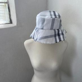 Handmade Buckethat i det fineste genbrugstekstil☁️ Disse hatte er unika - der er kun lavet denne ene🤍 Lavet af @DamDamDesign