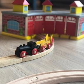 Super fin togbane til mange timers underholdning for både børn og voksne.  Leget med af èt barn.  Røg- og dyrefrit hjem.  Togbanen er kompatibel med både Brio, Ikea m.fl.   Sættet indeholder: • Remise • Brandstation • Køretøjer  • Skinner  Sender gerne.  Kom gerne med et bud! 😊