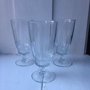 3 stk. flotte ølglas. Det ene har et lille skår, se sidste billede. Prisen er for dem alle.  Mål:  - H: 15,5 cm - Ø: 7,5 cm