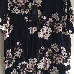 Sælger denne bluse fra Vero Moda. Aldrig brugt. Prismærke sidder i.  Den er mørkeblå og med blomster, selvom den måske kan se sort ud.   Nypris 250.  Ingen dyr eller rygning i hjemmet.  Byd