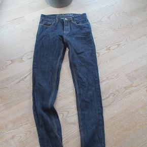 Næsten nye Gnious jeans model Samsun str 27/30. Bukserne er kun brugt ganske få gange, så de fremstår som nye,  Se også mine flere end 100 andre annoncer med bla. dame-herre-børne og fodtøj