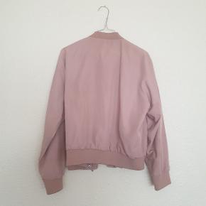 Lækker bomber jacket fra Gina Tricot, god men brugt.