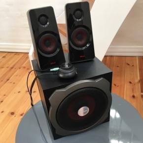 Komplet anlæg sælges, rigtig flot stand!Model: Trust GXT 38 2.1 højttalere 60W  Står og fylder. Står som nyt nærmest  Nypris: 600