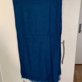 Stort blåt fint blødt cashmere tørklæde fra Stylesnob  Model Dria Mål: 110 x 220 cm Materiale: 40% fint blødt uld, 10% cashmere 50% modal.  Oprindelig pris 650 og sælges nu for 225 plus Porto (260 inkl via MobilePay med DAO)