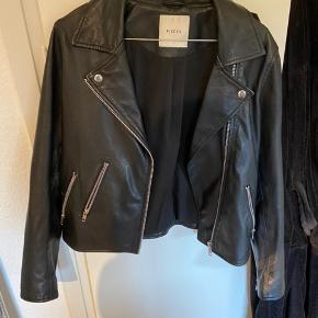Læder jakke, næsten aldrig brugt. Kom med et bud💚