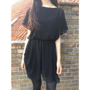Sort kort kjole med elastik, str. S  kan også sendes