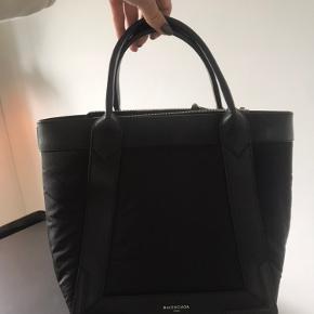 Sælger den Balenciaga taske.  Brugt under 5 gange.  BYD gerne