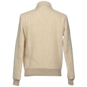 Fluffy style jakke fra Wood Wood. Størrelsen er normal. Brugt to gange. Seriøse bud modtages.