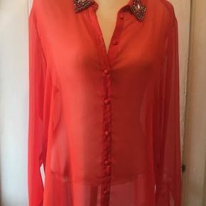 Varetype: Ny smuk orange bluse Farve: Orange Oprindelig købspris: 299 kr.  Meget smuk bluse med fine simili sten på kraven.