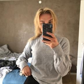Lækker lysegrå sweater fra vila. Oversized.