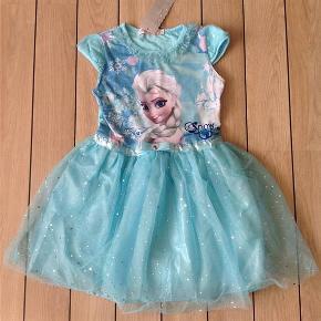 Købspris: 219,- Super flot Frost festkjole tylkjole kjole med Elsa. Enhver lille prinsesses drøm. Der står 140 i nakken, men synes den er lille i størrelsen så har vurderet den til 5-6 år  Længde: ca 65-66 cm Bryst: ca 2 x 30-31 cm