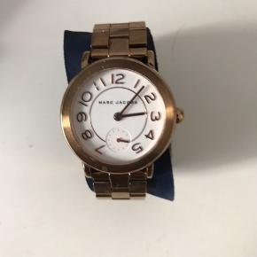 Marc Jacksobs ur som er købt i Marc jackobs butik i London. Normal pris 1.879 kr. Det er i god stand, nogle meget få ridser i man ikke ligger mærke til.  BYD gerne. Kvittering følges med
