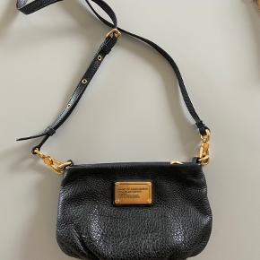 Lækker crossbody-taske fra Marc by Marc Jacobs i den udgået model Classic Q Percy.  Tasken har en aftagelig strop, og kan derfor fungere som clutch/pung.   Jeg har passet godt på den, så læderet har ingen tegn på slid. Sælges da jeg desværre ikke får den brugt længere.   I meget fin stand! ✨