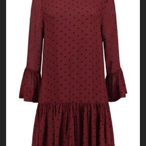 Smuk kjole fra Ganni 🌸🥂❤️ Flot til bare ben og strømpebukser! 💃🏼 Brodrox med sorte prikker.  Kun brugt 2 gange.  Str M