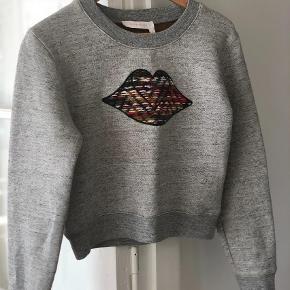 Varetype: Sweatshirt Farve: Grå Oprindelig købspris: 1100 kr.  Super lækker kraftig sweatshirt med smukt uldbroderi. Brugt 1 gang. Str M. Lille i str. Bruger normalt S i det meste. Se også mine mange andre skønne annoncer 😊