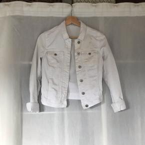 Alm hvid cowboy jakke. Str, xs-s  Der er dsv lidt sort (kan måske komme af i vask)  BYD BYD BYD!