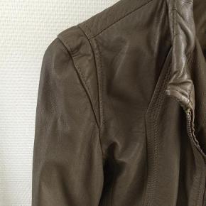 Varetype: Skind/læderjakke Farve: Grøn Oprindelig købspris: 1200 kr.  Sælger denne lækre skindjakke som kun er brugt max 10 gange og ellers har hængt i skabet. Bytter ikke.