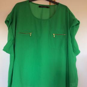 Flot sommergrøn bluse str 50 - 52. bm 80 x 2 og læ 65 cm.