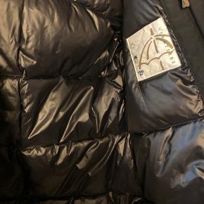 Ny lækker vinterjakke str 12 Farven er helt sort. Billedet har et lidt dårligt lys.  Ny med tags