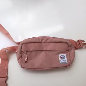 Super fin bæltetaske fra Reebok. Brugt højest 5 gange. Som ny!!!