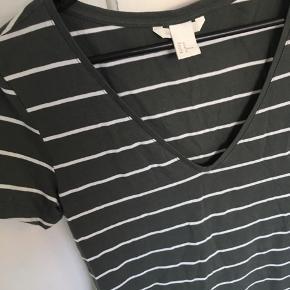 Grå/hvid basic kjole fra H&M. Perfekt stand.  Kan afhentes i Århus eller Vejle, eller sendes med DAO:)
