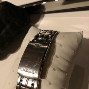 Flot ur i mat rustfri stål.  Mål: 51 x 45 x 11 mm Uret har en skramme på låsen. Ellers er der kun mindre brugsridser.  Nypris er 1250kr Batteri skal skiftes