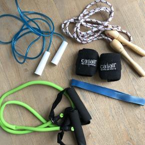 2 stk sjippetov1 sæt håndledsbeskyttere fra Casall 1 Elastikbånd 1 træningselastik med håndtag Det hele er kun brugt indenfor så det er i fin stand