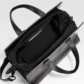 """""""Pelican bag""""  Meget fin, robust og velholdt taske, som er blevet brugt maks 15 gange. Købt i Notabene hvor kvittering og dustbag stadig haves - dog uden for 2 års garanti.   Hvis du lige vil se den, kan vi sagtens mødes et sted i københavn :)"""