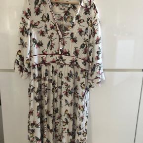 Smuk sommerkjole fra Baum und Pferdgarden. Kan desværre ikke passe den mere, vil gerne bytte til en størrelse 38 hvis du har en :) ellers sælger jeg den.